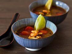 Tom Yum keitto Serving Bowls, Chili, Toms, Tableware, Dinnerware, Chili Powder, Chilis, Dishes, Chile