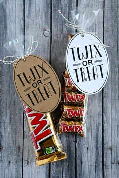 Cute halloween design Some people say trick or treat but for those of us that love Twix, we say it a little different. Twix or Treat! Plus, these sure make a cute Halloween gift for the kids teachers, friends and neighbor Fröhliches Halloween, Halloween Goodies, Halloween Snacks, Holidays Halloween, Halloween Decorations, Halloween Teacher Gifts, Healthy Halloween, Halloween Treats For School, Halloween Favors