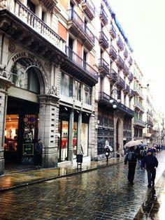 Un dia de pluja al barri gòtic, prop de la plaça de Sant Jaume. Barcelona (Catalunya - Catalonia)