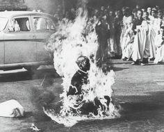 1963年 「Suppression of Buddhists in Vietnam (仏教徒への抑圧)」 仏教徒に対する高圧的な政策を行なっていた南ベトナムのゴ・ディン・ジエム政権に対して抗議するため、サイゴンのアメリカ大使館前で自らガソリンをかぶって焼身自殺した僧侶・ティック・クアン・ドック。