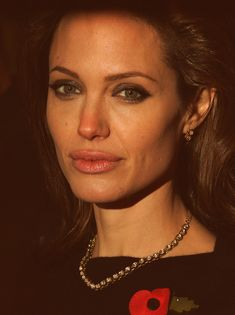 Angelina Jolie Photos - Angelina Jolie attends the Beowulf film premiere held at the Vue Leicester Square on November 2007 in London, England. Angelina Jolie Body, Angelina Jolie Quotes, Angelina Jolie Movies, Beautiful Celebrities, Beautiful People, Beautiful Women, Glamour, Brad Pitt, Hollywood Actresses