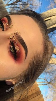 The Best Festival Makeup Ideas And Boho Looks. Make Up Ideas For A Rave, Music Festival, Summer Festival, Coachella, Governer's Ball, Bonnaroo, Electric Forest, Austin City Limits (ACL), EDC, Electric Daisy Carnival, Ultra, Lollapalooza, And South By Southwest. Use Glitter, Eyeshadow And Rhinestones To Get That Tribal Colorful Look. We Give You Simple Step By Step Tutorials To Quick And Easy Festival Makeup That Give You The Vintage, Hippie Or Rave Look. #GlitterEyeshadow…