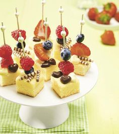 Käsekuchen-Happen                              -                                  Kleine Stücke vom Käsekuchen mit fruchtigem Obst niedlich verziert