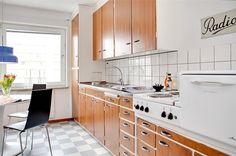 50s Kitchen, Kitchen Cupboards, Kitchen Living, Vintage Kitchen, Kitchen Interior, Kitchen Design, Teak Furniture, Kitchen Styling, Cabinet Doors
