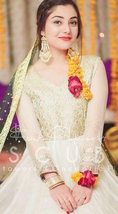 Pakistani Dresses Party, Pakistani Mehndi Dress, Bridal Mehndi Dresses, Pakistani Wedding Outfits, Bridal Dress Design, Shadi Dresses, Pakistani Girl, Bridal Outfits, Couple Wedding Dress