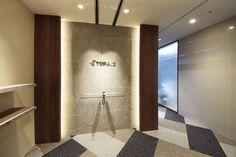オフィスデザイン実績~ラウンジのような高級感を感じられる大人のための英会話スクール Signage Board, Entrance Signage, Office Entrance, Office Reception, Newel Post Caps, Cove Lighting, Small Office, Chicago, Interiores Design