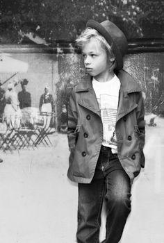 Le manteau de mi-saison et le chapeau. I just love this kid