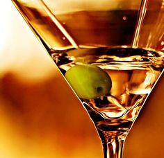 Мартини (вермут) давно стал напитком, который часто присутствует на застольях. Его пьют, чистым разбавляют разными напитками, делают коктейли. Как правильно употреблять этот напиток, расскажет АлкоХакер...Читать далее...