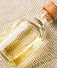 """¿QUÉ ES UN ACEITE ESENCIAL?  Un aceite esencial es un óleo aromático y volátil producido por las plantas. Las plantas crean unas resinas aromáticas y aceites para atraer a los polinizadores, para ahuyentar a los depredadores y para protegerse contra enfermedades. El producto que tú compras como """"aceite esencial"""" es esta sustancia aromática concentrada a través de varios métodos. Por ejemplo, se necesitan hasta 60 rosas para hacer tan sólo una gota de aceite esencial.  #UniversoDeAngele"""