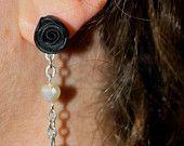 orecchini con rosa nere in fimo e catena con perline, realizzato interamente a mano. Se vi piace seguitemi sulla pagina facebook: https://www.facebook.com/Fiumi-Di-Fimo-429219753934180/  https://www.etsy.com/it/shop/FiumidiFimo?ref=hdr_shop_menu  #orecchini #chiodino #pendenti #earrings #rose #roses #nero #black #cuori #heart #romantici perle #catenella #eleganza #eleganti #elegance #fattoamano #fattoamanoconamore #handmade #artigianato #fimo #fimocreazioni #creazioni #polymerlay #idearegalo