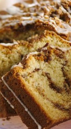 Classic Sour Cream Coffee Cake ~ A brown sugar, nut and spice filling is layered and baked in a rich sour cream coffee cake. Savor a classic! A brown sugar, nut and spice filling is layered and baked in a rich sour cream coffee cake. Just Desserts, Delicious Desserts, Yummy Food, Baking Recipes, Cake Recipes, Dessert Recipes, Dessert Blog, Drink Recipes, Cupcakes