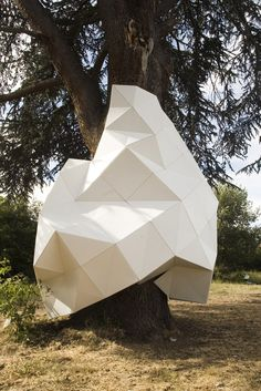Chifumi street art, a tree wrapped with geometric facets of white Parametrisches Design, Theme Design, Interior Design, Art Minimaliste, Art Sculpture, Abstract Sculpture, Textile Sculpture, Metal Sculptures, Bronze Sculpture