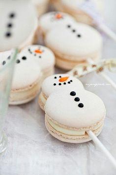 Christmas snowman (and snowwoman!) macaron cake pops (macaron on a stick). Christmas Sweets, Christmas Cooking, Noel Christmas, Christmas Goodies, Homemade Christmas, Macarons Christmas, Christmas Wedding, Christmas Catering, Christmas Buffet