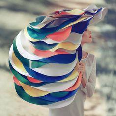 衣装も自作のものが多い、オレグ・オプリスコの完璧な世界観。光と色で質感まで丁寧に表現されています。
