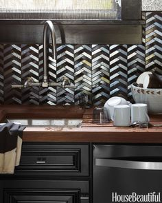 For the San Francisco Decorator Showcase, designer Steven Miller created a dramatic space for entertaining. The dazzling backsplash is composed of Black and Silver Iridized Chrysalis tiles by Ann Sacks.
