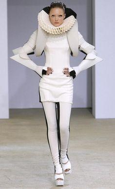 Gareth Pugh Spring 2009 Renaissance d inspiriteFashion with sightnifical collar from spain!!!