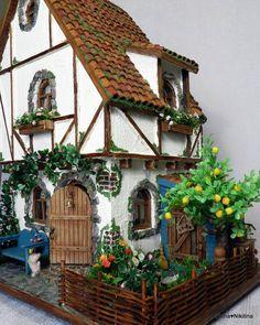 Дом в два этажа с чердаком, сарайчиком, где живёт курочка и небольшим палисадником. #dollhouseminiatures #dollhouse #miniature #roomboxhouse #roombox #fairyhouse #12thscale #tinyhouse #fachwerk #house #handmade #handmademiniatures #кукольныйдомик #кукольнаямебель #домикдлякукол #кукольнаяминиатюра #румбокс #дом #домик #сказочныйдомик #еленаникитина