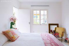 35-decoracao-quarto-parede-piso-branco-detalhes-rosa