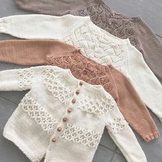 Amazing Knitting provides a directory of free knitting patterns, tips, and tricks for knitters. Baby Knitting Patterns, Baby Sweater Knitting Pattern, Knitted Baby Cardigan, Knitted Baby Clothes, Knitting For Kids, Baby Patterns, Free Knitting, Cardigan Pattern, Lorie