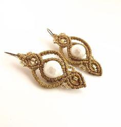 Macrame Earrings - White Mother Of Pearl With Golden Brown Thread de neferknots en Etsy https://www.etsy.com/es/listing/217368804/macrame-earrings-white-mother-of-pearl