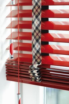 Houten jaloezie met kleur. Rood Luxaflex.