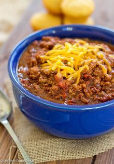 Chilly weather calls for Chili measures! Warm yourself up at the game, tailgate, home, and more with these soul-warming, stomach-filling chili recipes! Chilli Recipes, Mexican Food Recipes, Crockpot Recipes, Soup Recipes, Yummy Recipes, Chicken Recipes, Dinner Recipes, Best Slow Cooker Chili, Chili Con Carne