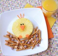 """How about these super cute and HEALTHY toddler snacks? These are a few of our favorite """"food art"""" healthy snack ideas for toddlers (and ALL kids) that are almost too cute to eat. Cute Snacks, Cute Food, Yummy Snacks, Funny Food, Preschool Cooking, Preschool Snacks, Cereal Recipes, Baby Food Recipes, Easter Recipes"""