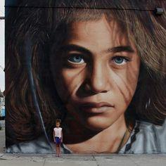 Dat we dol zijn op street art. Waarom? Omdat het werk van deze beeldende kunstenaars een extra dimensie geven aan een stad, omdat ze ons aandacht doen hebben voor de schoonheid van het stedelijk, en omdat ze ons vaak op originele manier doen nadenken over sociale problemen in de wereld. Maak kennis met 15 voorbeelden