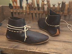 кожа растительного дубления, реконструкция, Новгород, раннее средневековье, оленья кожа Viking Shoes, Viking Garb, Viking Clothing, Cosplay, Shoe Crafts, Moccasin Boots, Old Shoes, How To Make Shoes, Leather Projects