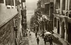 Pottinger Street in the 1920s. Until 1950, sedan chairs were a common means of transportation in the area.