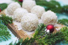 Sund julesnack: Kokos snebolde 75 g groft kokosmel 50 g rå, usaltede cashewnødder 1/2 tsk vaniljepulver (ikke vaniljesukker) 3 spsk kokosolie 1-2 spsk flydende akaciehonning 1 spsk kokosmælk, mandelmælk eller vand cashewnødderne blendes og røres sammen med grove kokosmel og vaniljepulveret. Smelt kokosolien og hæld den i. Tilsæt resten af ingredienserne. Form snebolde og rul dem kokosmel. Sæt dem derefter i fryseren i minimum én time og tag dem ud cirka 10 minutter før, de skal serveres.