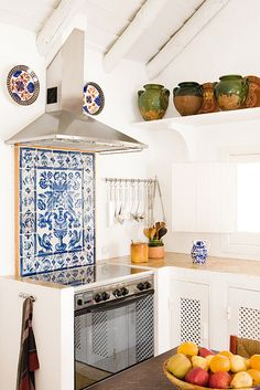 azulejos na cozinha - Portuguese kitchen & Portuguese tiles Stylish Kitchen, New Kitchen, Kitchen Dining, Kitchen White, Kitchen Interior, Rustic Kitchen, Hacienda Kitchen, Kitchen Oven, Design Kitchen