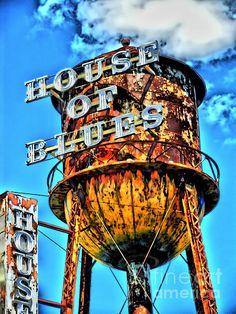 Rótulo que da la sensación de atiguo y mal cuidado. David Menéndez.You could #RockYourVacation at the House of Blues at Downtown Disney! Enter for a luxury vacation at www.rockyourvacation.com!