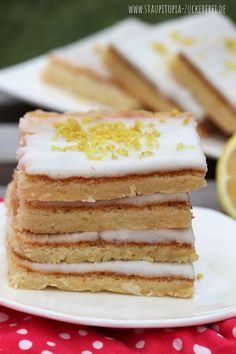 A simple and tasty low carb lemon cake you can make without flour and without sugar with only 5 ingredients! In this recipe for a low carb lemon cake, learn that baking sugar-free cakes without flour Low Carb Sweets, Low Carb Desserts, Dessert Recipes, Fast Low Carb, Keto Friendly Desserts, Mint Chocolate, Bakery, Snacks, Food