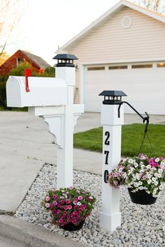 Curb Appeal: Project Mailbox Makeover Checking for mail has never been so enjoyable! Let me show you how we significantly upgraded our curb appeal with this mailbox makeover project. Mailbox Garden, Mailbox Landscaping, Farmhouse Landscaping, Landscaping Ideas, Farmhouse Garden, Mulch Landscaping, Landscaping Software, Cottage Patio, Farmhouse Style