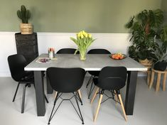 Eettafel betonlook Mattone scuro met N onderstel Office Desk, Conference Room, Dining Table, Furniture, Home Decor, Desk Office, Decoration Home, Desk, Room Decor