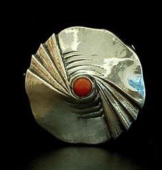 Zilveren geciseleerde Amsterdamse School broche met ronde cabuchon geslepen bloedkoraal ontwerp Fons Reggers uitvoering Gebr.Reggers Amsterdam 1923-1934