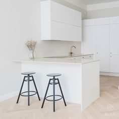 Studio Apartment Layout, Studio Apartment Decorating, Apartment Interior Design, Interior Design Living Room, Studio Apt, Small Studio, Minimal Kitchen, Small Apartment Living, Modern Apartments