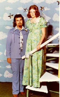 Here is our collection of some of the weirdest and funniest prom photos taken from the 1970 to These decades surely makes history in terms of humor and fashion. Vintage Prom, Vintage 70s, Vintage Dresses, Vintage Outfits, Vintage Fashion, Prom Night 1980, Funny Prom, Vintage Magazine, Photo Fails