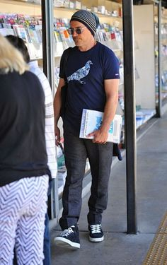 Robert Downey Jr. Photos - Actor Robert Downey Jr. is seen shopping for magazines at the Brentwood Newsstand in Brentwood, California on July 27, 2016. - Robert Downey Jr. Goes Shopping for Magazines in Brentwood