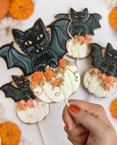 Giant bat and pumpkin cookie pops Halloween Desserts, Recetas Halloween, Scary Halloween Decorations, Halloween Goodies, Halloween Cupcakes, Spirit Halloween, Disney Halloween, Happy Halloween, Halloween Art