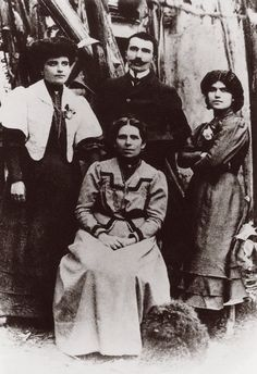 1905, με τη μητέρα του και τις αδελφές του