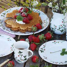 Jordbæreng: Servisepakke fra Porsgrund Porselen - Hyttefeber.no Waffles, Projects To Try, Cookies, Breakfast, Sweet, Food, Products, Crack Crackers, Morning Coffee
