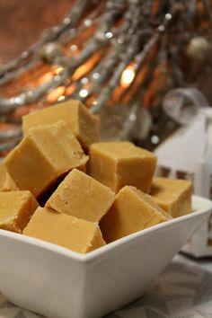 Ihannekakkujen Irman innoittamana kokeilin minäkin jouluisia fudgeja, jotka ovat varsin makeita, mutta herkullisia :) Maustaa näitä vois...