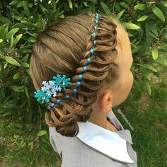 Niña con el cabello trenzado con listones azules