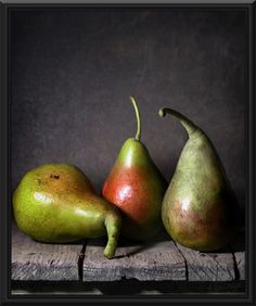 Pear paintings - In this oil painting we can see a portrait of Pears, some of them are red and some are green. This is a vivid portrait of this lovely fruit, created with oil paints.