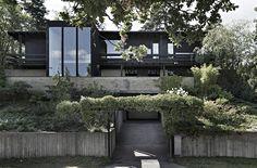 Tegelmurade väggar, panoramafönster och charmiga mörka takbjälkar. Den här unika 60-talsvillan är något utöver det vanliga – kika in!