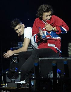 That ackward moment when you crush sits next to you. if feel you Harry i feel you Zayn is that beautiful Zarry One Direction Images, One Direction Wallpaper, I Love One Direction, Harry Styles Wallpaper, Foto One, Mr Style, Family Show, Harry Edward Styles, Larry Stylinson