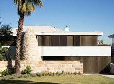 Located on the highest point of a crest overlooking Sydney Harbour is the Martello Tower Home – a solid brick house built in the late and early that Luigi Rosselli Architects has brought to life in Architecture Résidentielle, Modern Architecture Design, Australian Architecture, Australian Homes, Luigi, Bungalows, Cabina Exterior, Log Cabin Exterior, Exterior Wall Cladding