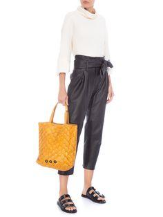 77a7f18d1d Adoramos a bolsa de couro de pirarucu amarela para adicionar personalidade  no look e tiras as